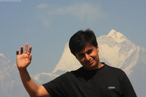 SRK waving his hand gladly finding Mt. Everest just behind