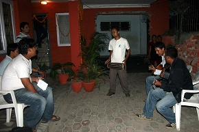 Everybody say Deusi rey as musicians play