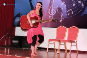 Kritika doing guitar dance